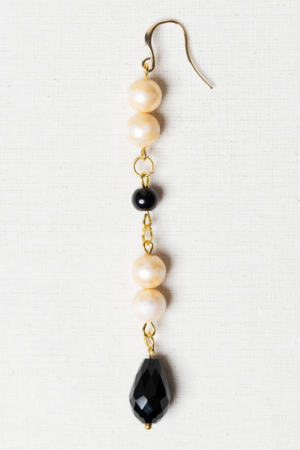 Earring with vintage pearls and black glass beads