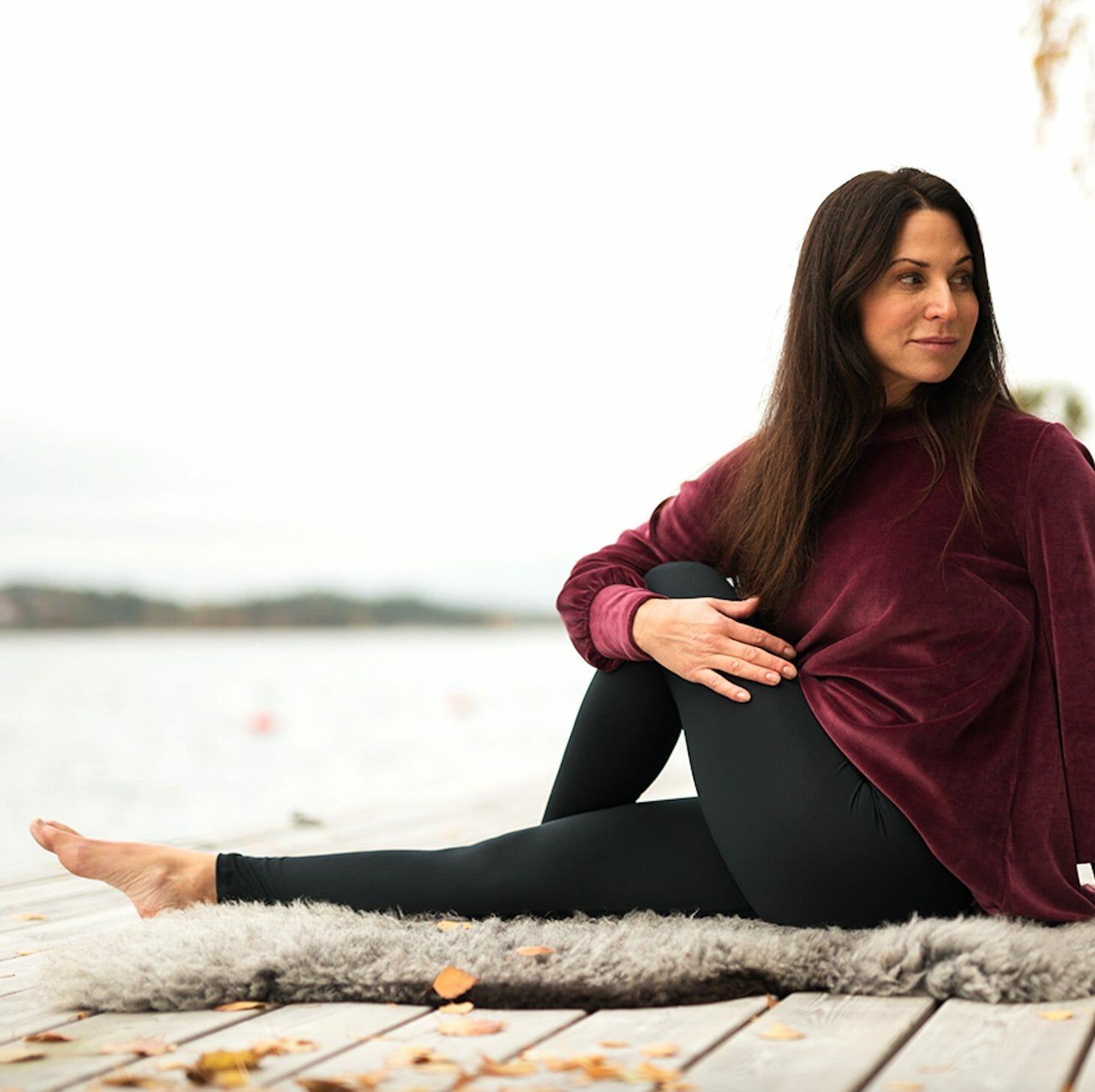 Frostig prognos Lekplatsutrustning  Skön pre yoga tröja i mjuk velour - Cosy feminine pre-yoga sweater ...