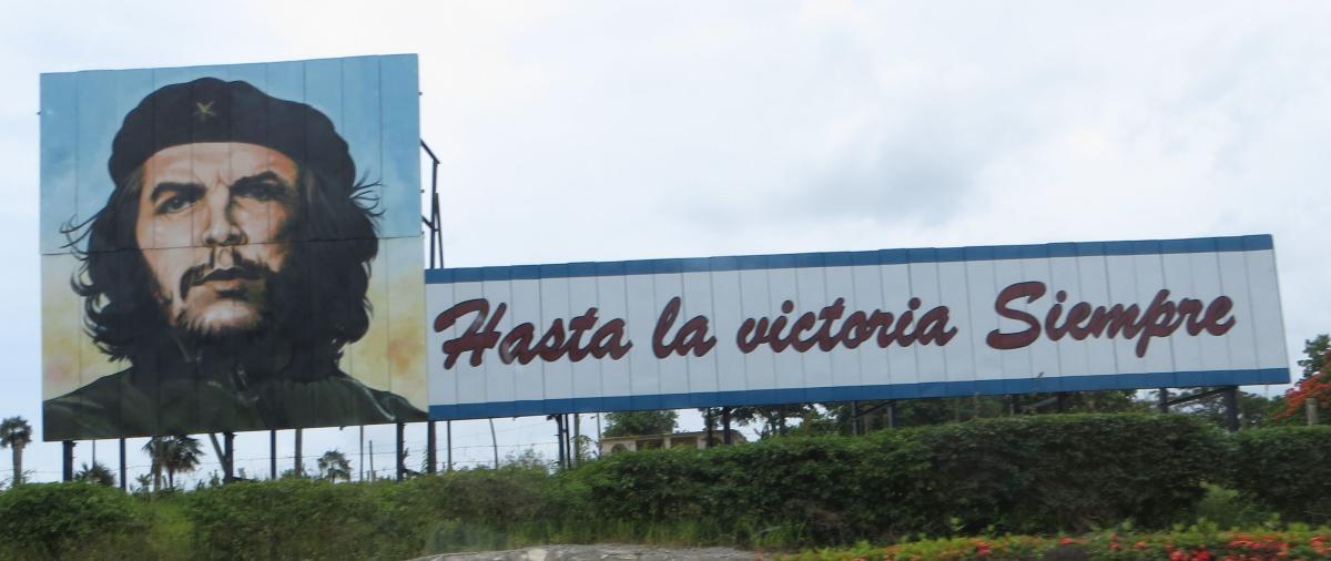 Plakatwand mit Che Guevara aufgenommen im Kuba Urlaub zwischen Las Tunas und Holguin