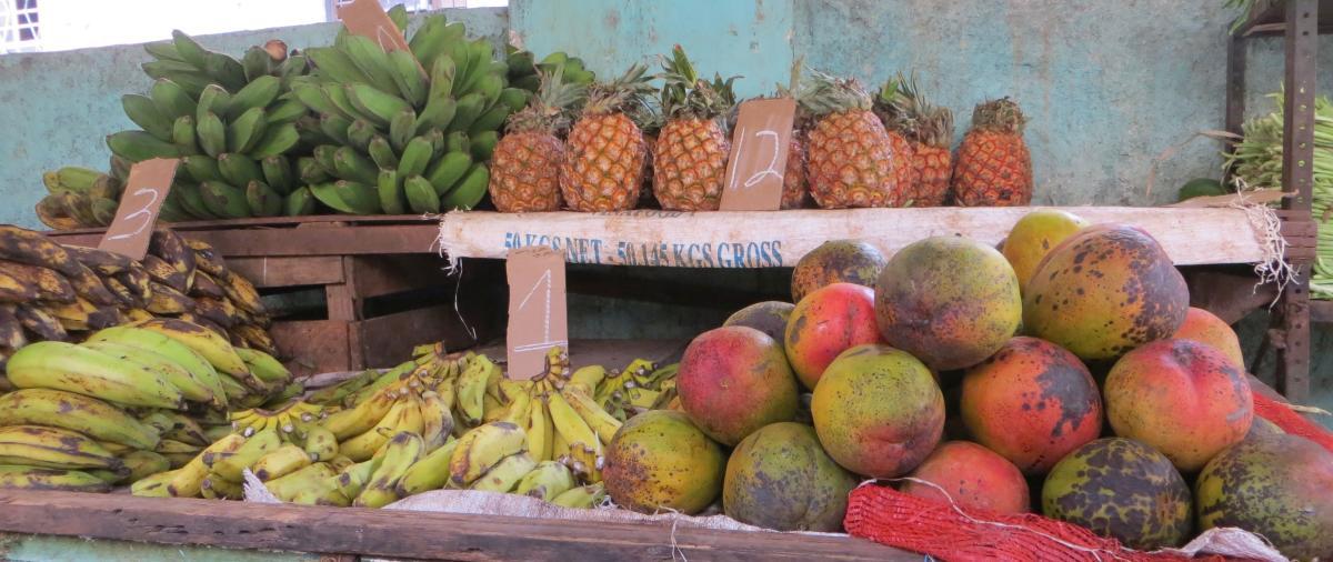 Mangos, Ananas, Bananen an einem Stand in Havanna
