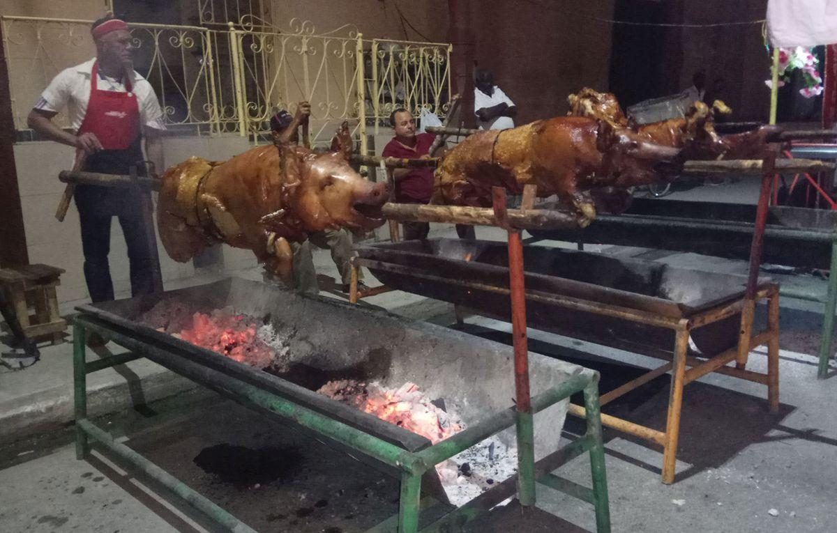 Schwein am Spieß ist ein traditionelles kubanisches Gericht zu Weihnachten und Silvester