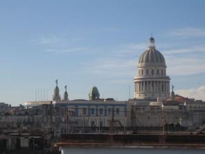 Kuppel des Kapitols über den Dächern von Havanna