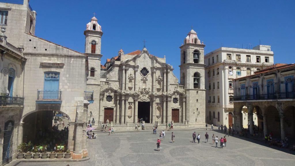 Die Kathedrale von Havanna und der gepflasterte Plaza de la Catedral.
