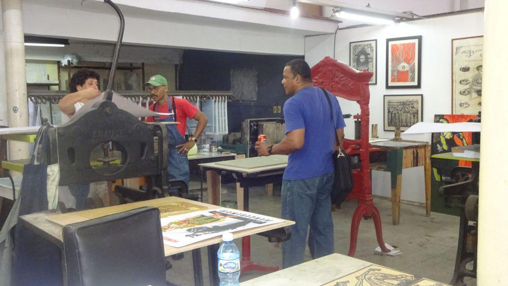 Das Foto zeigt Künstler im Gespräch im Taller Experimental De Gráfica.