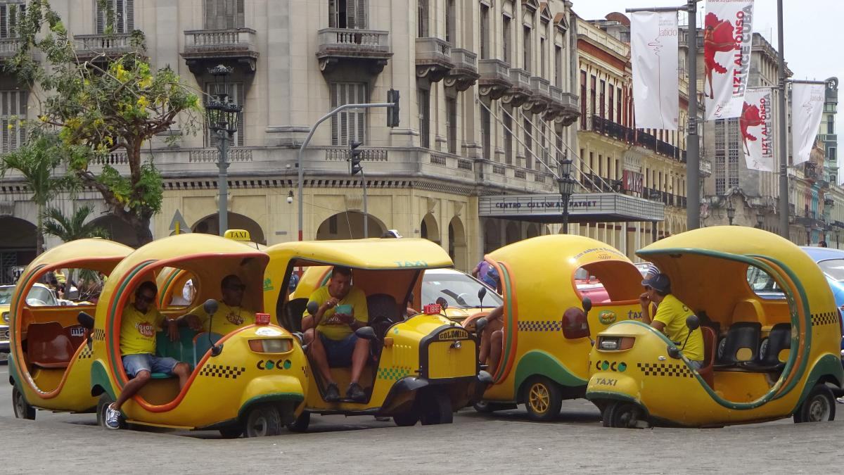 Cocotaxis in Havanna warten auf Kundschaft