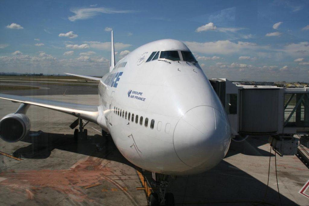 Das Flugzeug steht bereit. Spätestens am Abflug-Gate benötigt ihr die Touristenkarte oder ein anderes Visum.