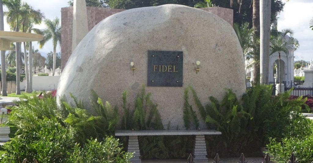 Grabstein von Fidel Castro auf dem Heldenfriedhof Santa Ifigenia in Santiago