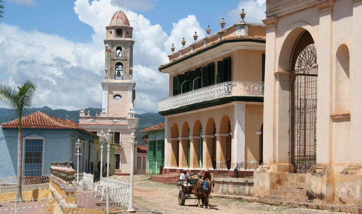 """Der Glockenturm des """"Museo de la Lucha Contra Bandidos"""" prägt das Stadtbild von Trinidad"""