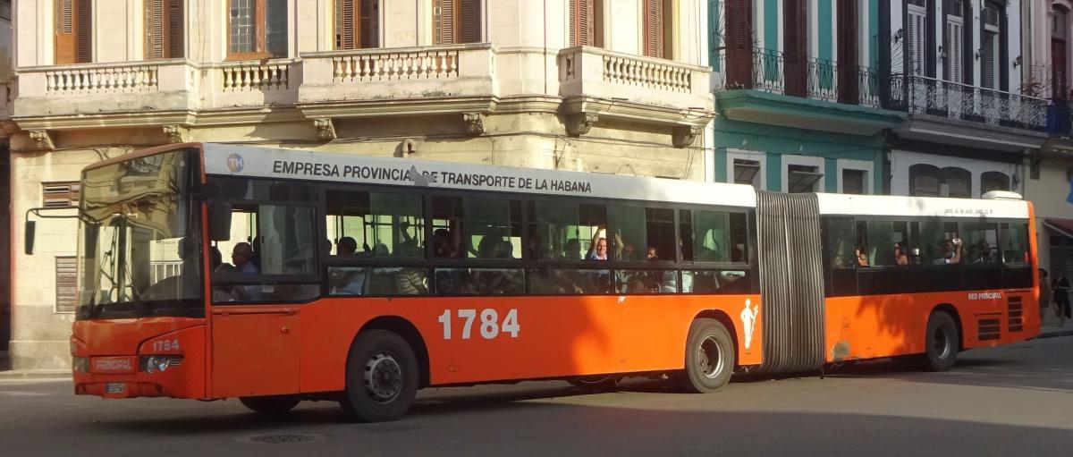 orangener Metrobus des Red Principal in Havanna