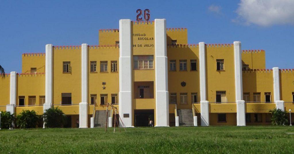 Die Moncada Kaserne in Santiago ist jetzt eine riesige Schule.