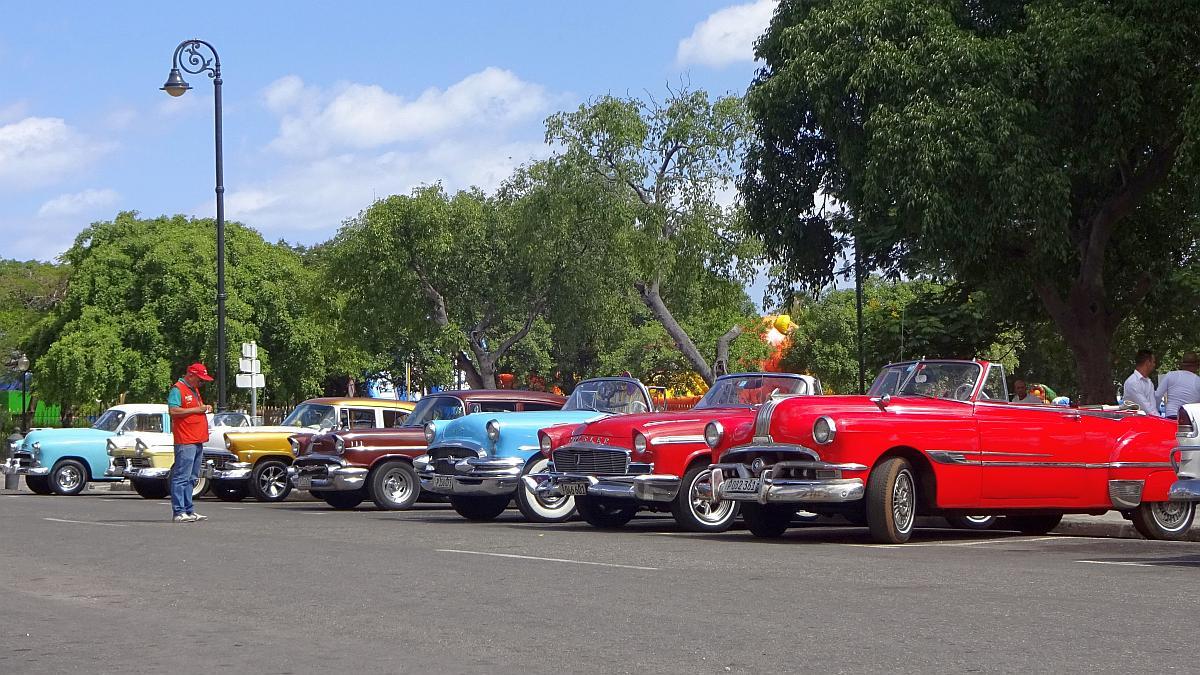 Oldtimer bzw. Classic Cars. welche in Havanna für Stadtrundfahrten zur Verfügung stehen.