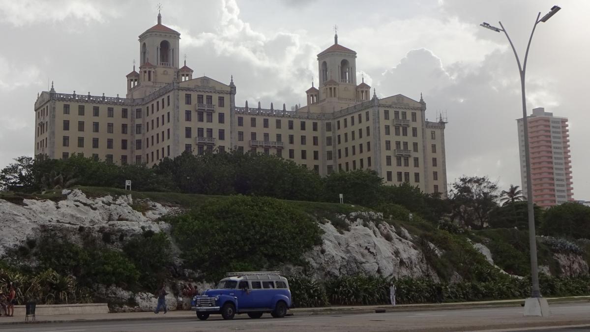 Blaues Sammeltaxi auf dem Malecon in Havanna, direkt vor dem Hotel Nacional