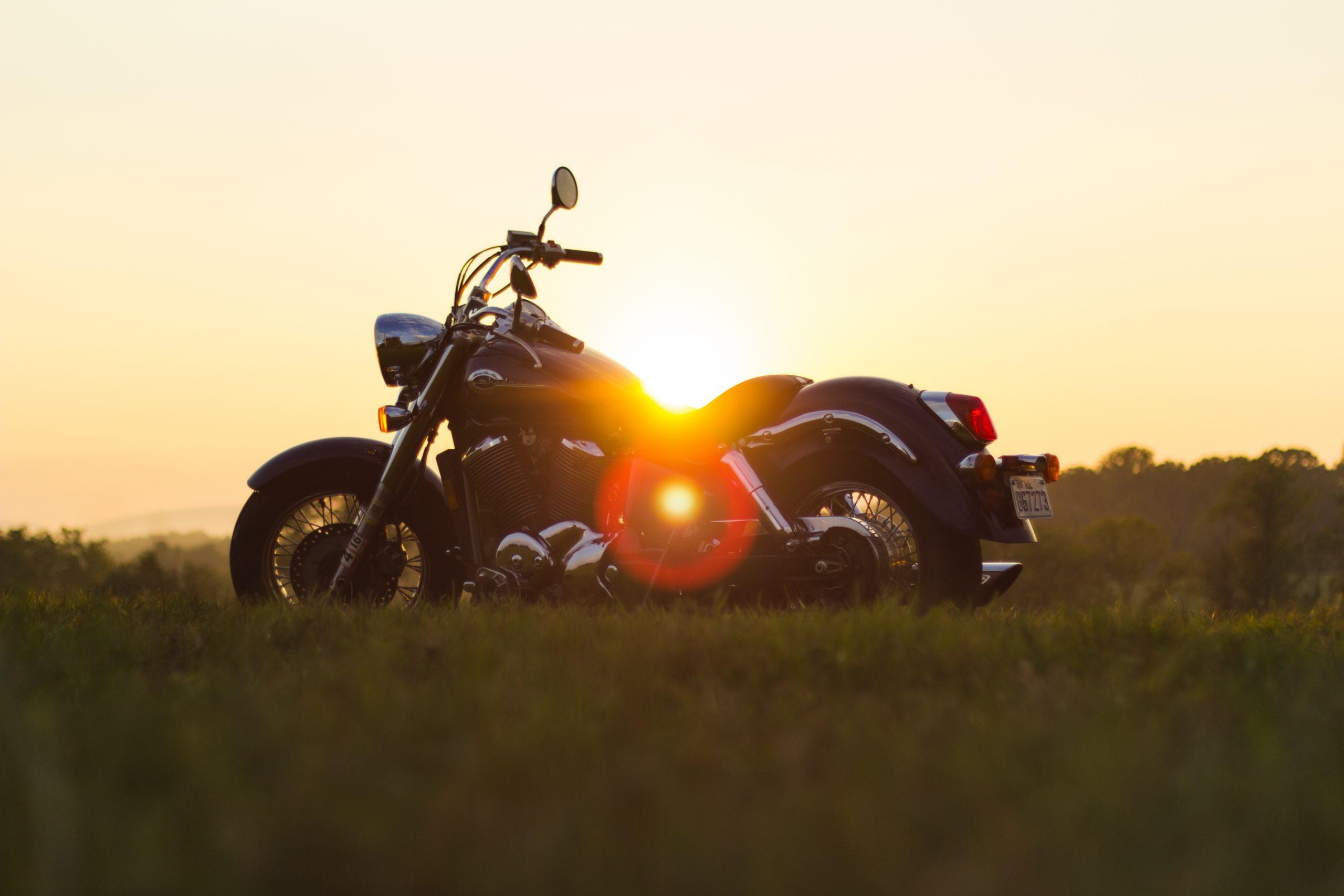 Motorcykel i solnedgang