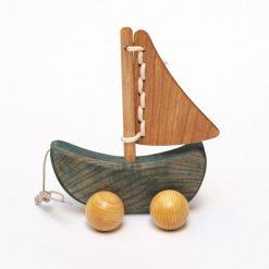 Sejlbåd i træ på hjul