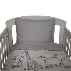 Sengetøj til baby fra Nørregaard Madsen. Grå med søde dyr