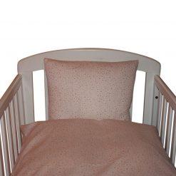 Sengetøj til baby fra Nørregaard Madsen. Rosa dots