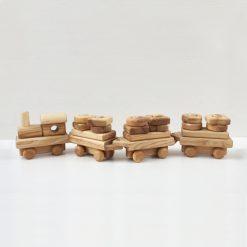 Tog i træ med 3 vogne
