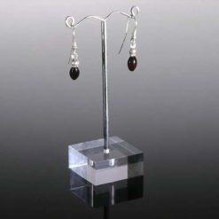 Øreringe med dråbeformede ravperler i sølv