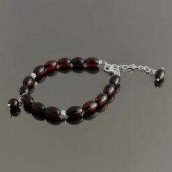 Armbånd i rav med mørke aflange perler