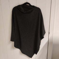 Mørkegrå poncho i merino og cashmere