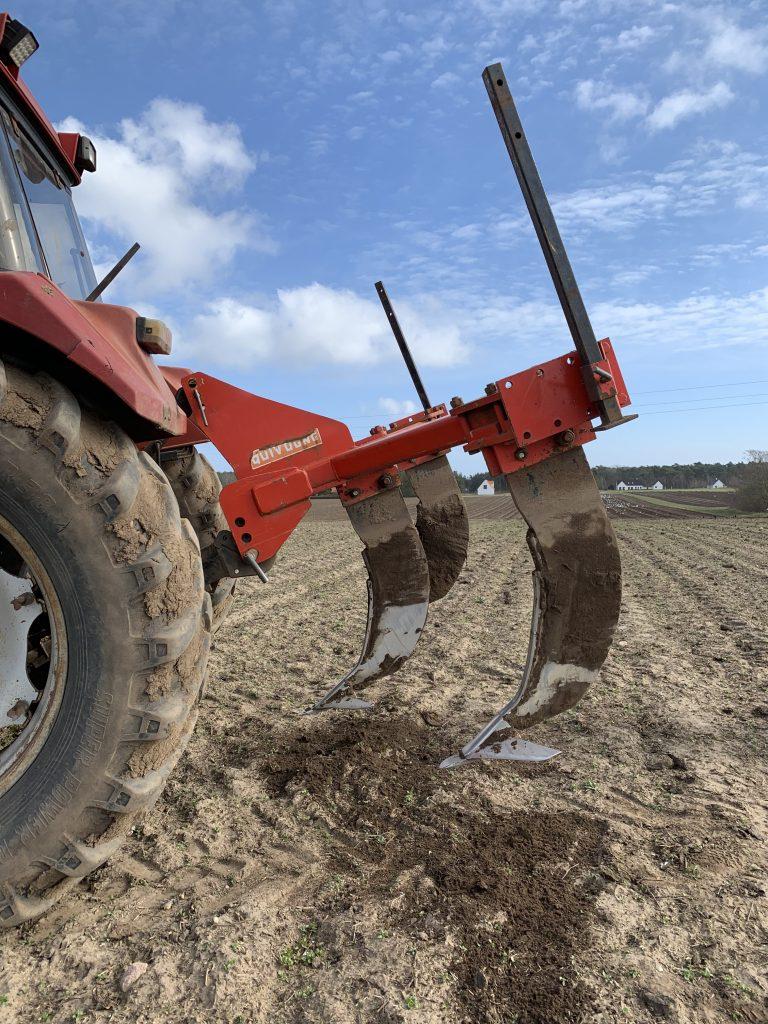 Arbete med Subsoiler eller alvluckare för bearbetning av jord för att plantera vinrankor i Henriksdals Vingård