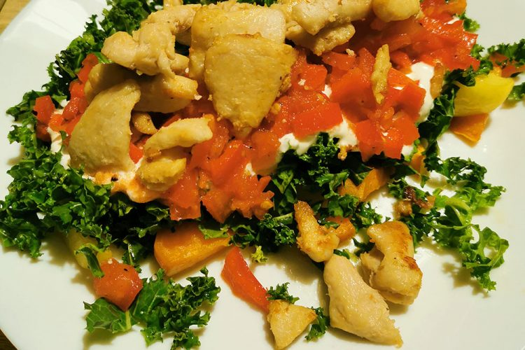 Stegt kylling med grønkål, søde kartofler, hvidløgscremefraiche og tomatsalat