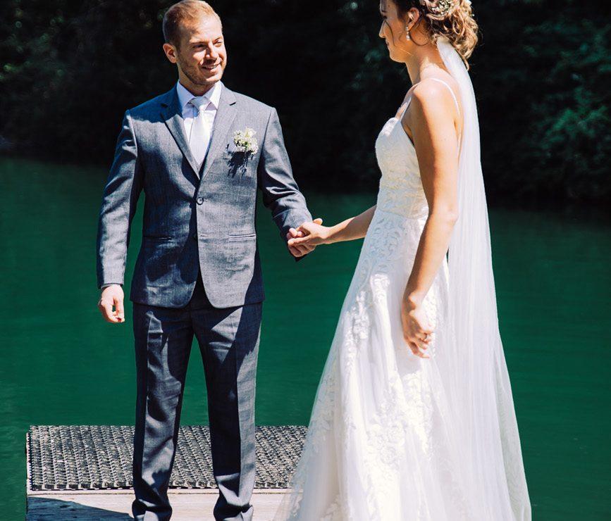 Hochzeitspaar Fotoshooting am Wasser