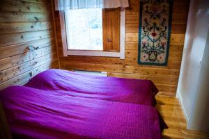 Hetta-Pallas vaelluspakettiin kuuluvan mökin makuuhuone, jossa on kaksi sänkyä.