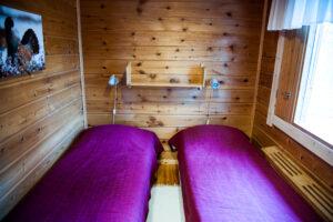 Hetta-Pallas vaelluspakettiin kuuluvan mökin makuuhuone, jossa on kaksi erillistä sänkyä.