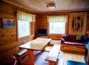 Hetta-Pallas vaelluspakettiin kuuluvan mökin olohuone. Taustalla sohva ja televisio.