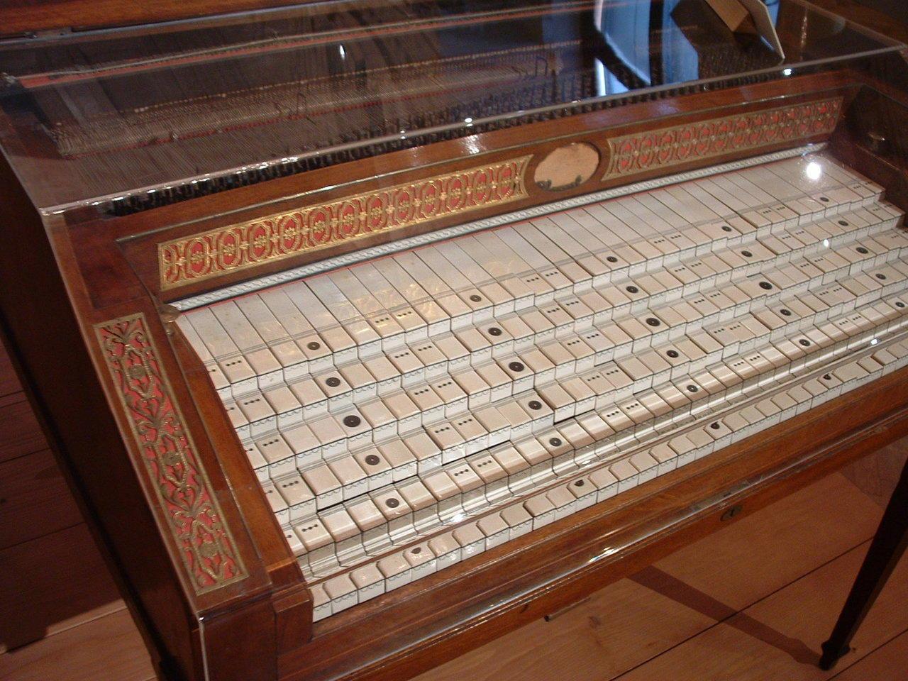 Piano metamorfoseado (Piano microtonal)