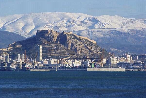 Alicante con la Sierra Aitana
