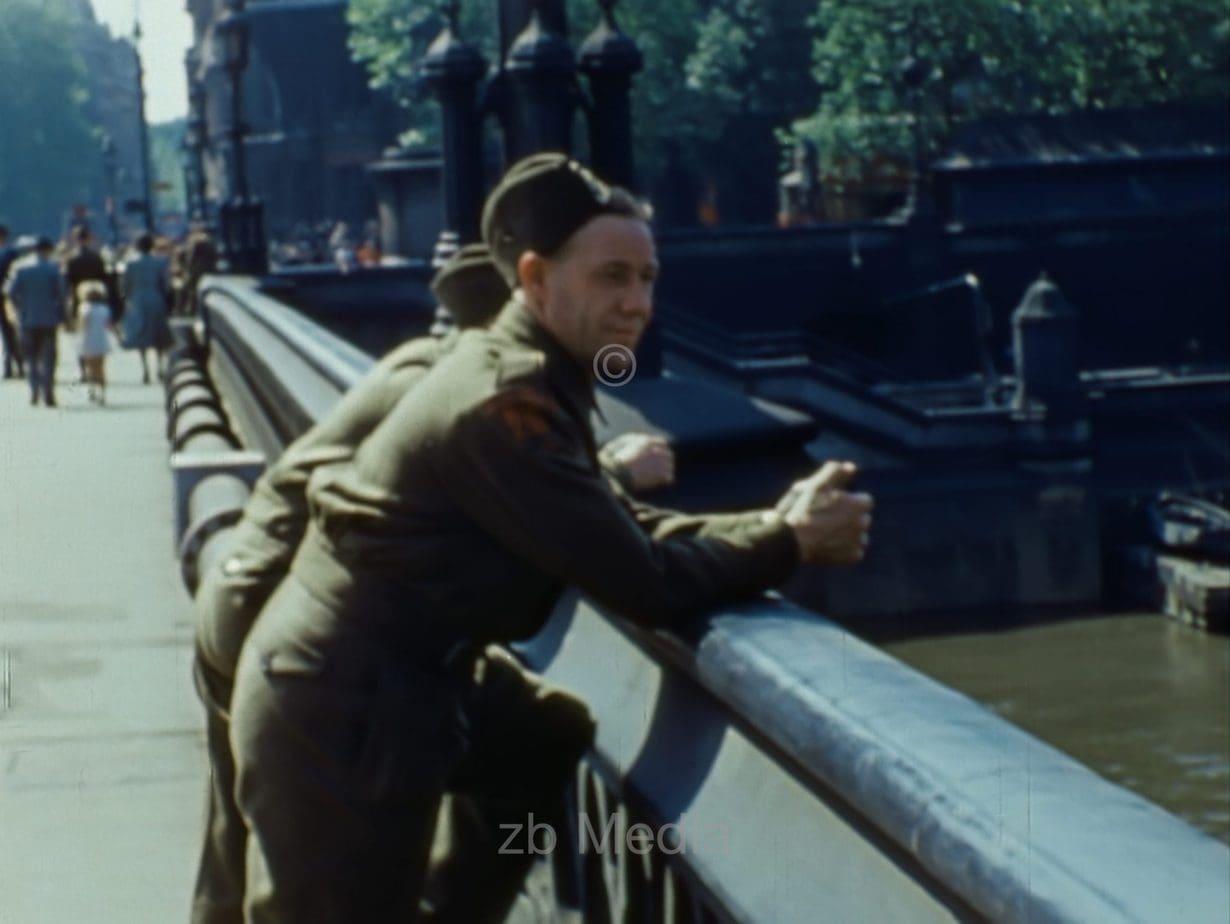 Soldaten an der Themse, London 1944