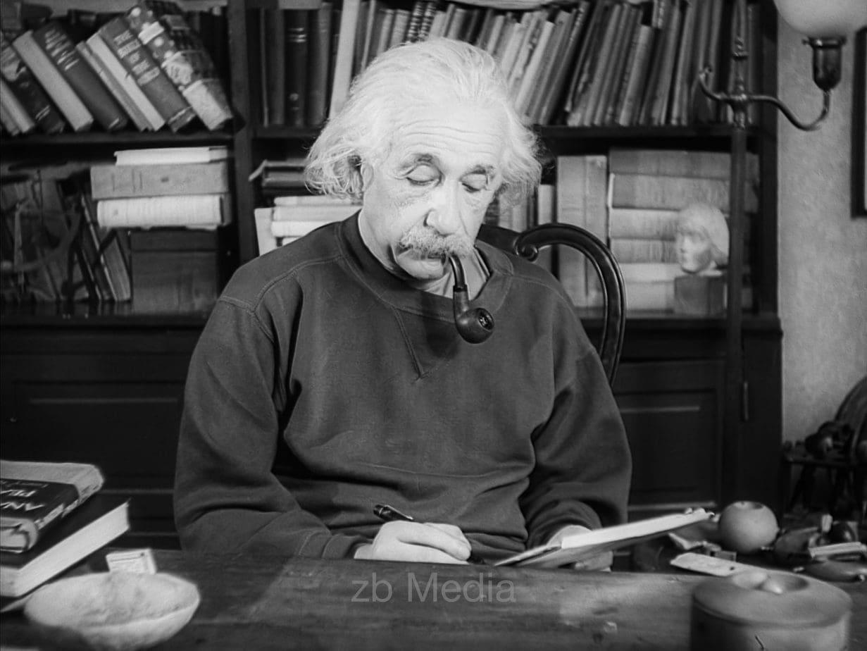Albert Einstein an seinem Schreibtisch