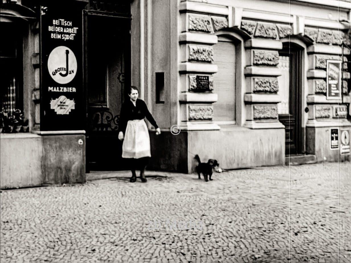 Frau mit Hund in Berlin 1930