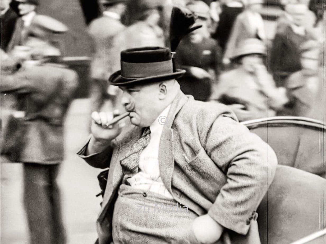 Mann in Droschke in Berlin 1930