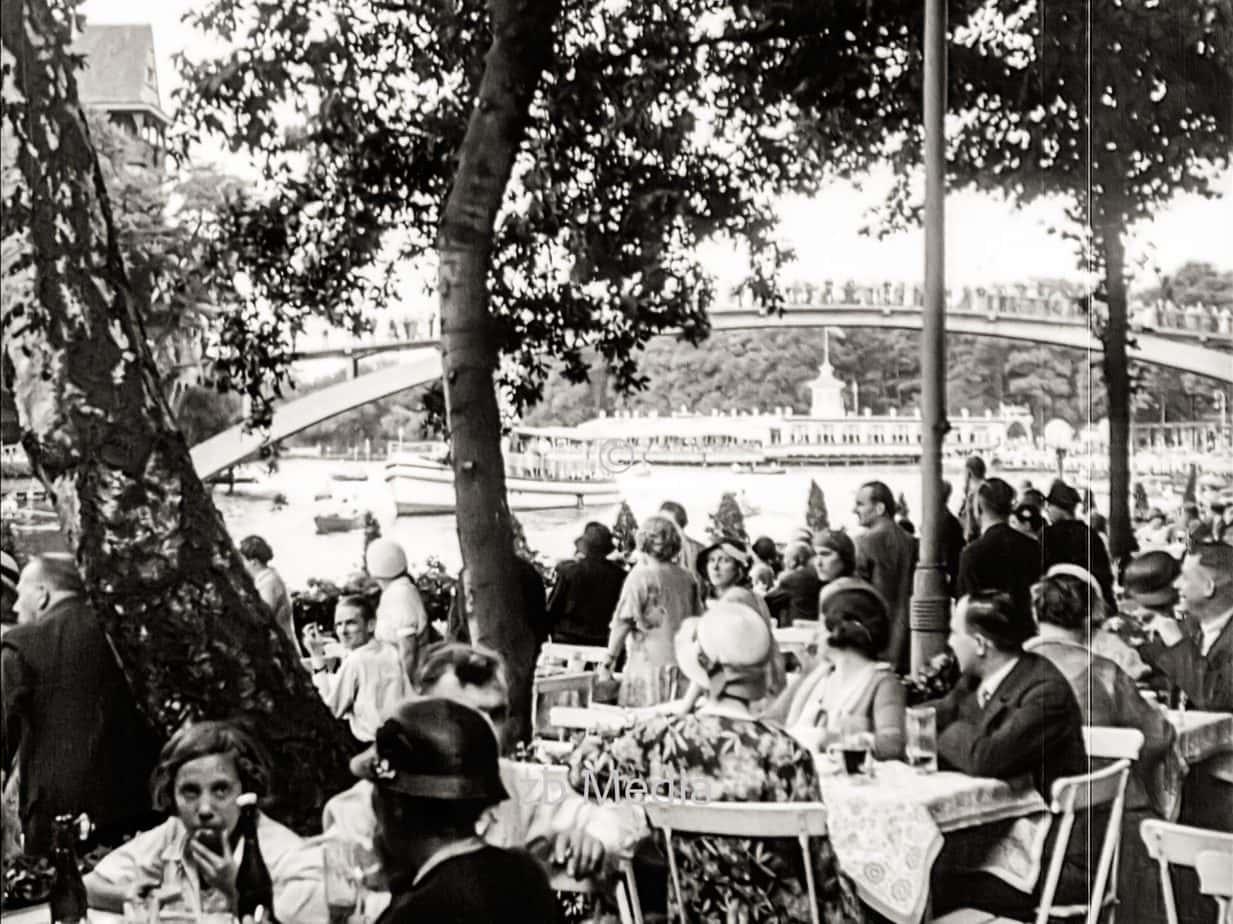 Freizeit im Biergarten in Berlin 1930