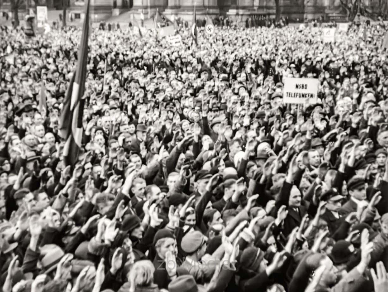 Zuhörer bei Nazi Kundgebung 1933