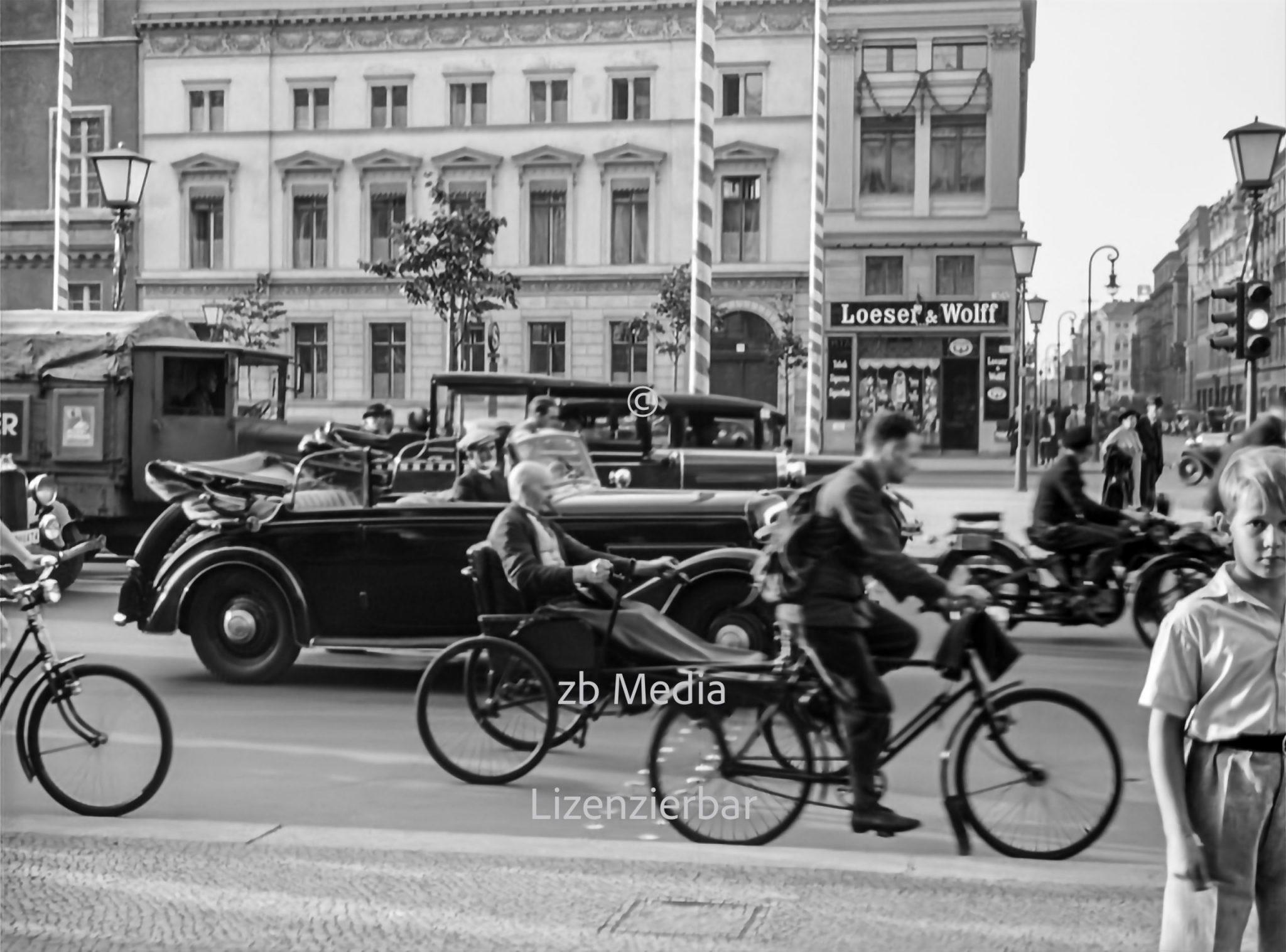 Passanten in Berlin Unter den Linden 1937