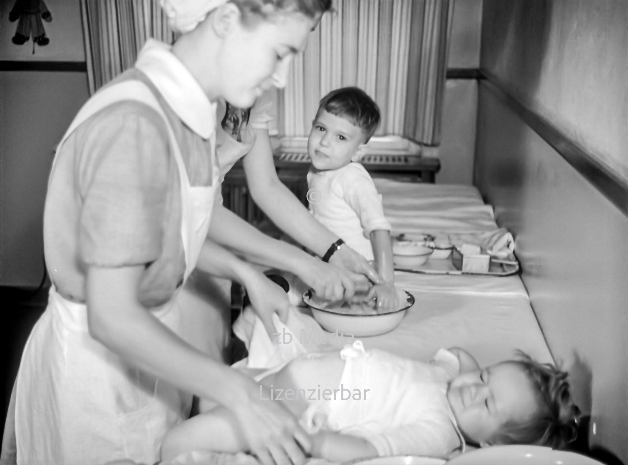 Kinderpflege im Pestalozzi-Fröbel-Haus Berlin 1937