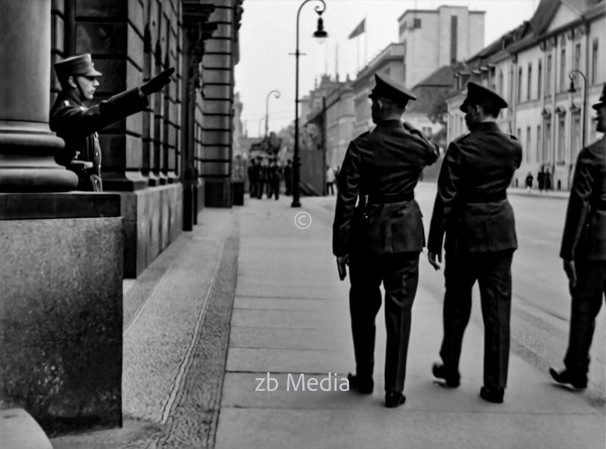 Offiziere in der Wilhelmstraße Berlin