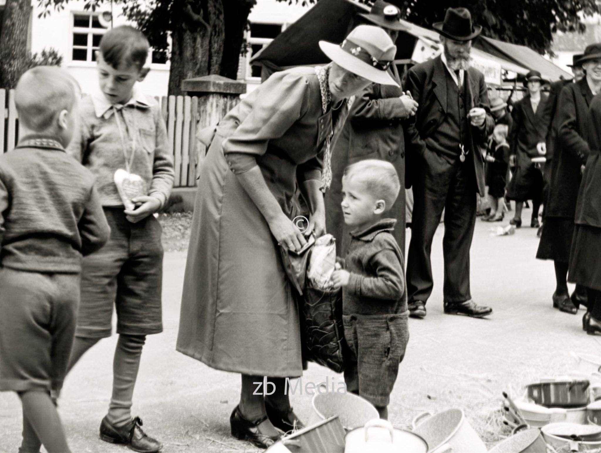 Familie beim Markt in Steingaden 1937.
