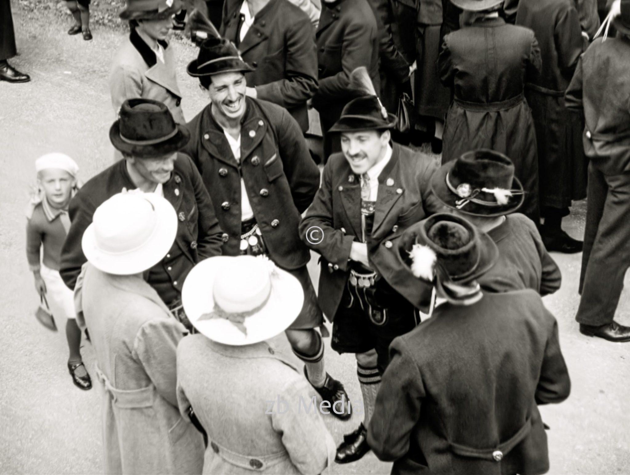 Bauern in Tracht beim Markt in Steingaden 1937.