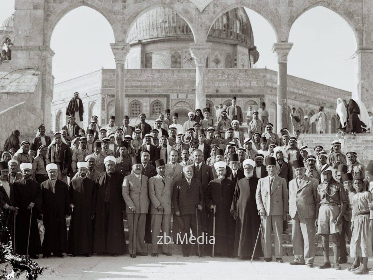 Gruppe von Schülern mit Mufti von Jerusalem an der Moschee 1935