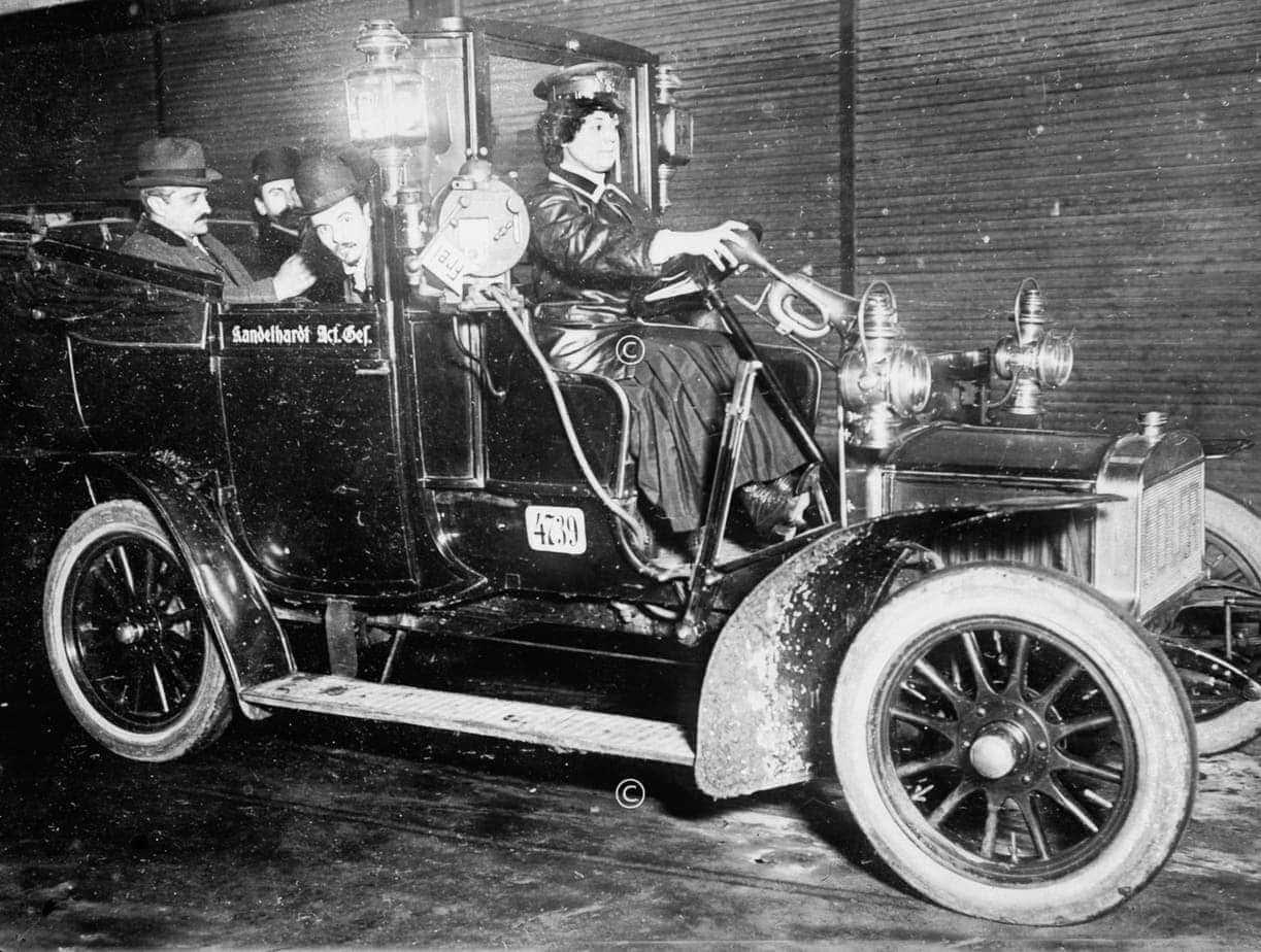 Taxifahrerin in Berlin 1918