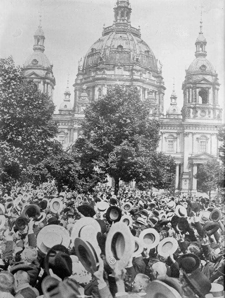 Jubelnde beim Kriegsausbruch 1914 in Berlin