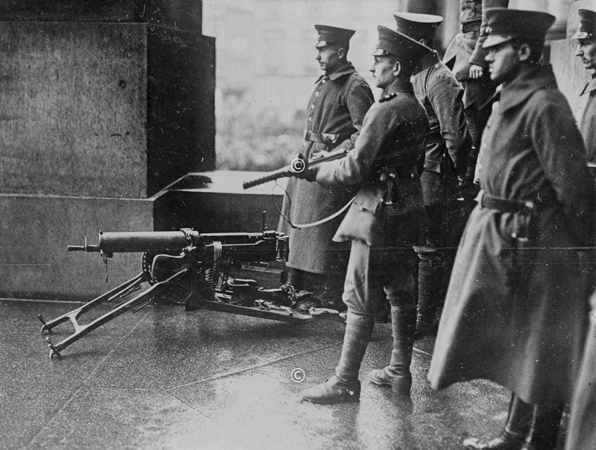 Regierungstruppen am Reichstag in Berlin 1920