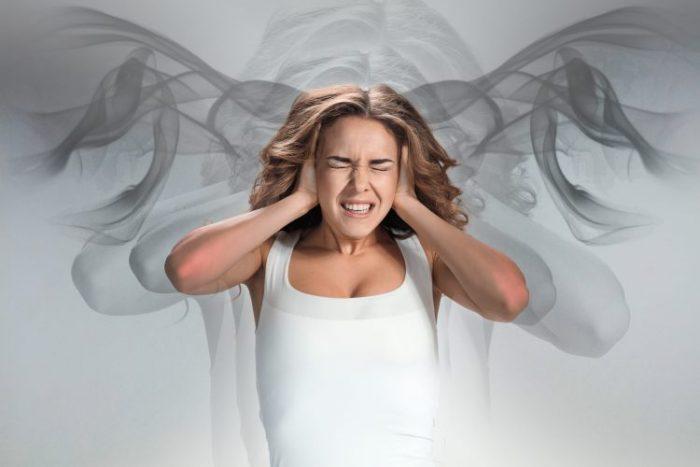 Ung pige med hovedpine