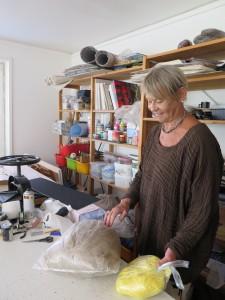 Margareta Röstin visar lin som hon använder i papperstillverkningen