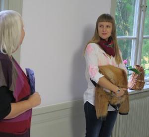 Eleonor Ryding Thunholm berättade om sitt konstnärskap i samband med vernissage på Simons Café.